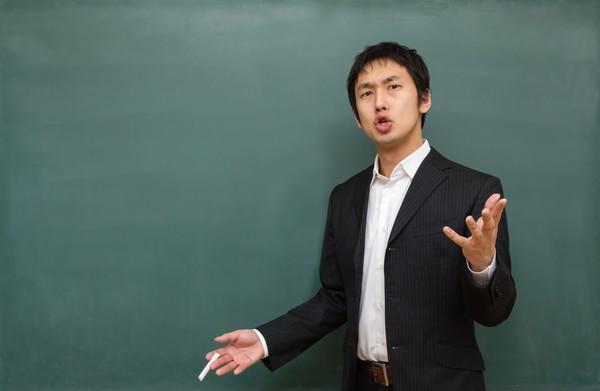 出前授業で講義する社員